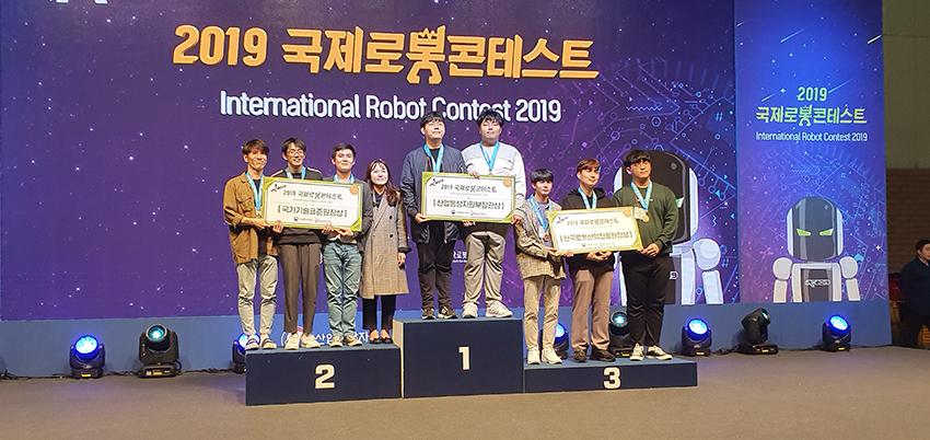 대덕대 전기전자과 학생들이 전국 로봇대학에 출전해 산업통상자원부 장관상을 수상하는 모습 (사진제공=대덕대)