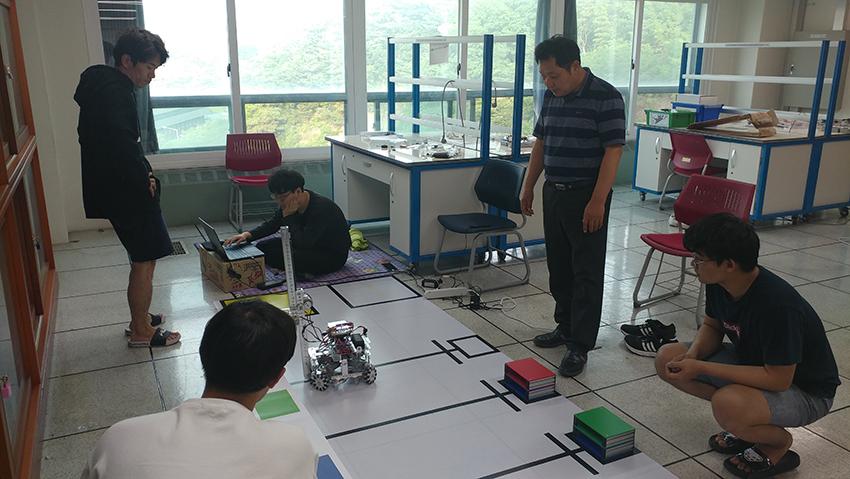 변상준 교수와 학생들이 합숙하며 로봇대회를 준비하고 있는 모습 (사진제공=대덕대)